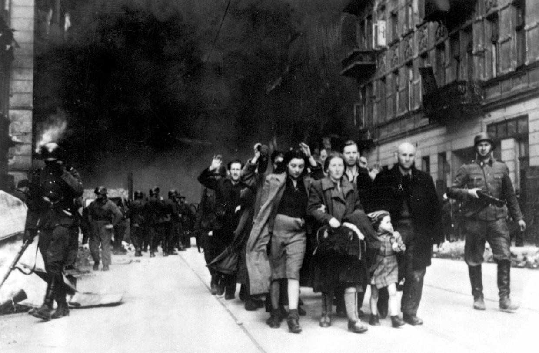 Joodse mannen, vrouwen en kinderen worden in 1943 weggevoerd nadat bewoners van het getto van Warschau tegen de Duitsers in opstand waren gekomen.