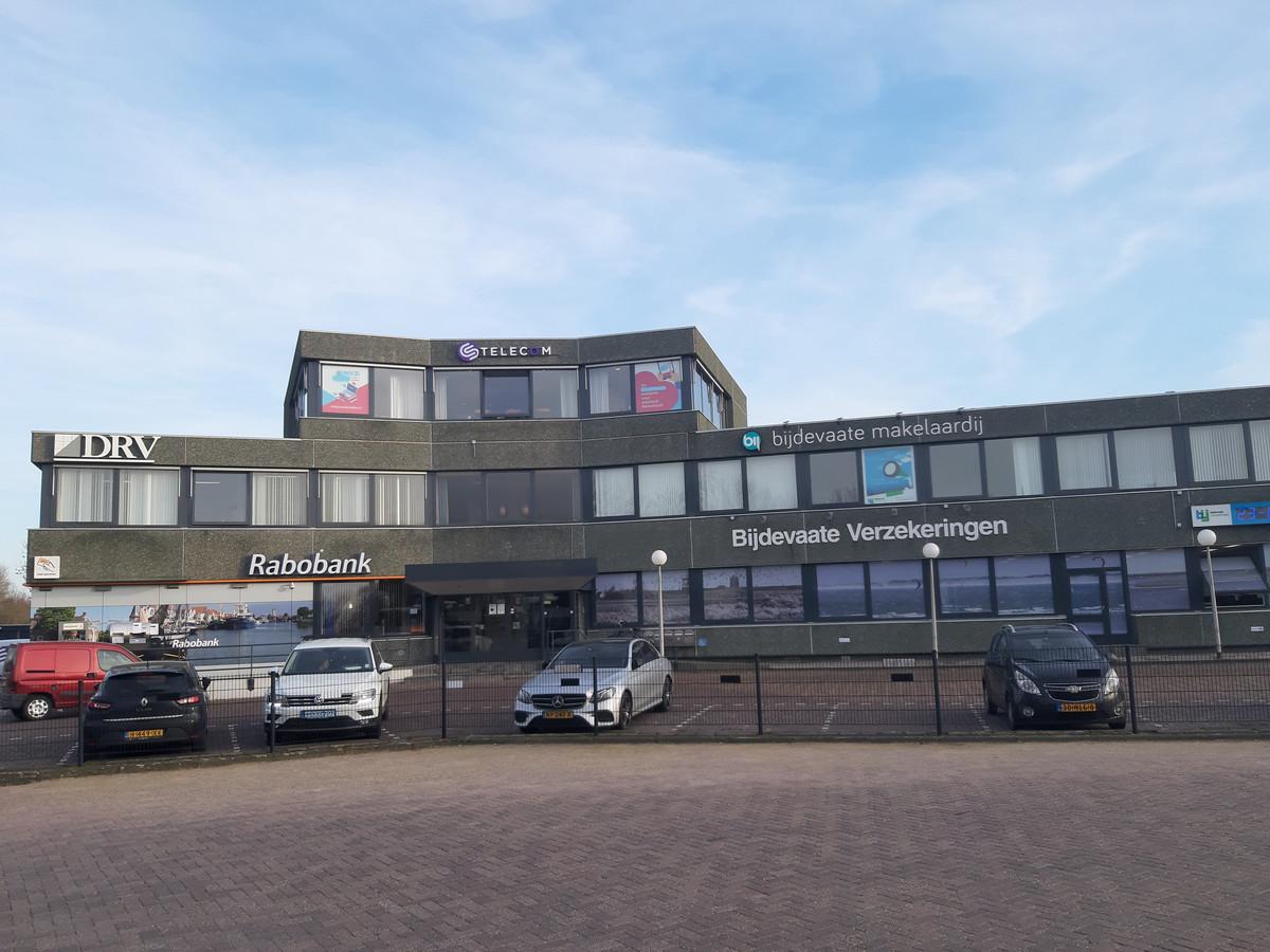 De Rabobank vindt dat het ING-servicepunt in het kantoorgedeelte van Bijdevaate Verzekeringen in Zierikzee weg moet.