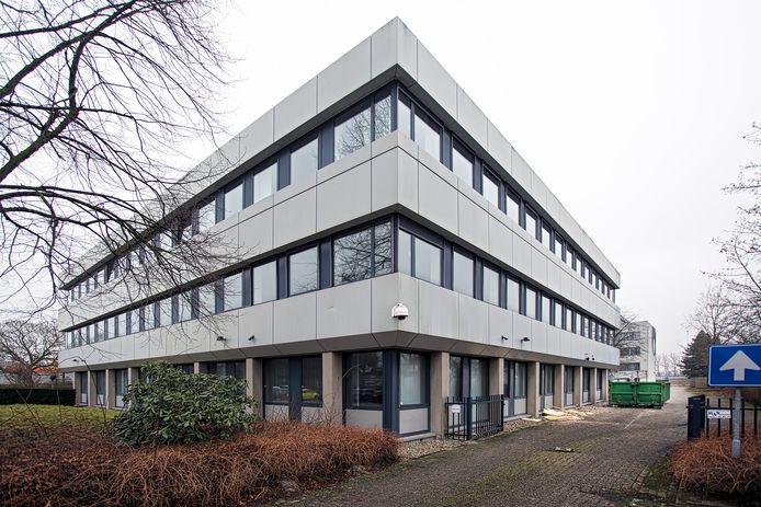 Het oude kantoor van Oranjewoud aan de Beneluxweg in Oosterhout. Er ligt een plan om aan de achterkant van dit kantoorgebouw een migrantenhotel te realiseren.