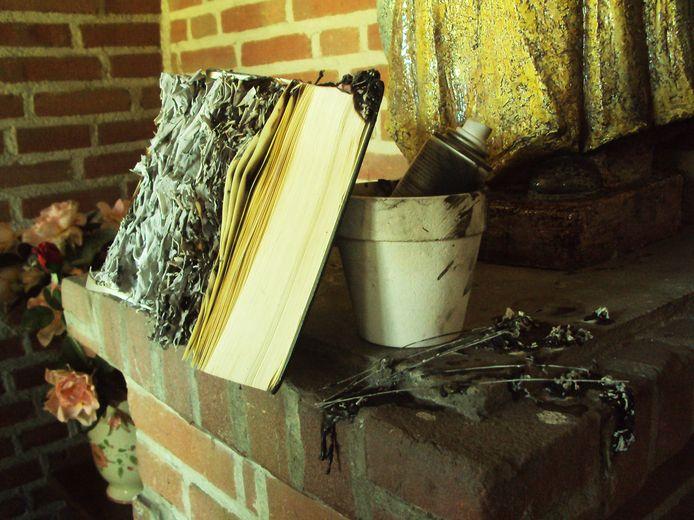 De Eindhovenaar die terechtstaat voor grafschennis en het stelen van urnen, is een paar jaar geleden ook al berecht. Hij had toen kerken besmeurd met satanische teksten. In een kapelletje in Knegsel stak hij een bijbel in brand.