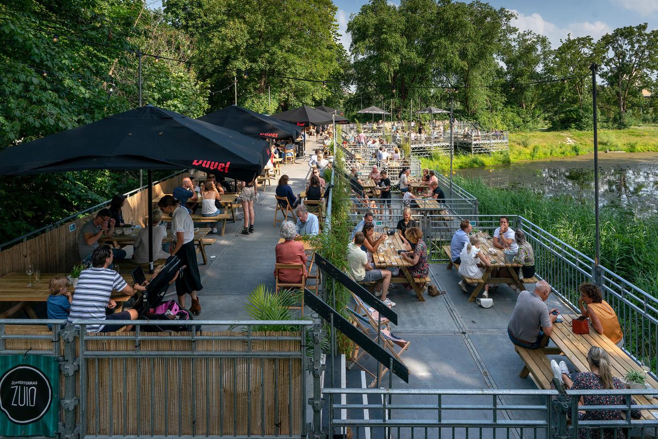 Dit terras vlakbij het veld van rugbyclub The Dukes was een van de trekpleisters tijdens de Bossche Zomer.