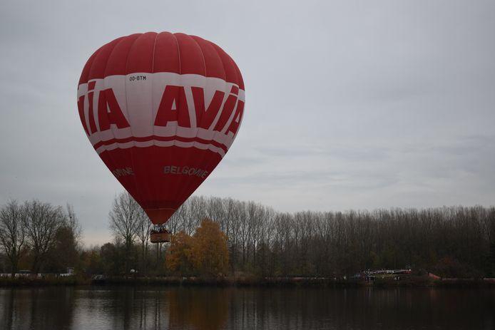 Een luchtballon haalde halsbrekende toeren uit boven de grote vijver van Puyenbroeck.