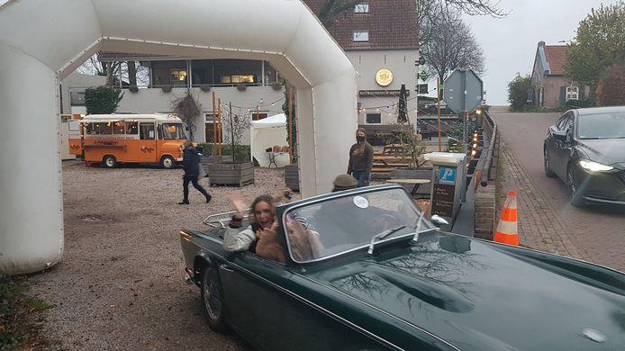 Driving and dining werd geopend door Hanna Verboom. (rechts in de auto)