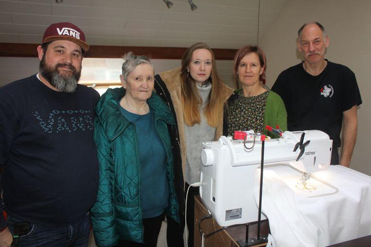Anita en haar opvolgers in het borduuratelier.