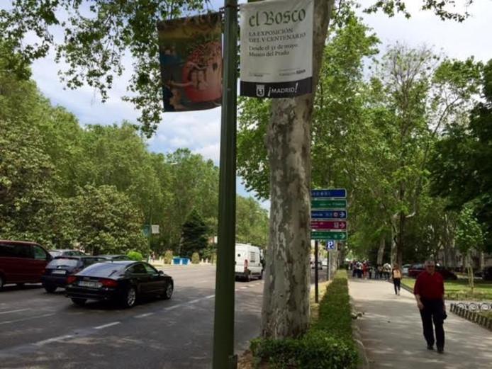 Bescheiden wordt er reclame gemaakt voor de expositie van Jeroen Bosch in Madrid. Deze banieren hangen langs de Paseo del Prado.