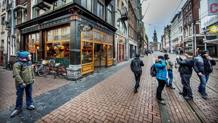 Toeristen in de Reguliersbreestraat. Patisserie Kwekkeboom wijkt voor weer een ijswinkel. Beeld Jean-Pierre Jans