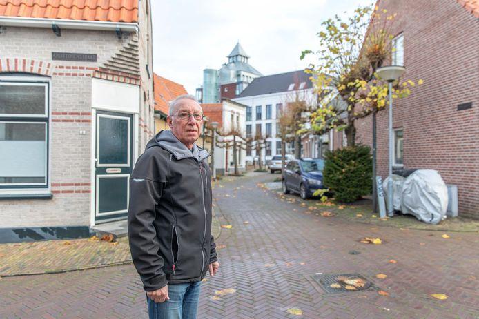 Piet Quist in Tholen-centrum. Hij stoort zich eraan dat de Kruittoren zo goed te zien is.