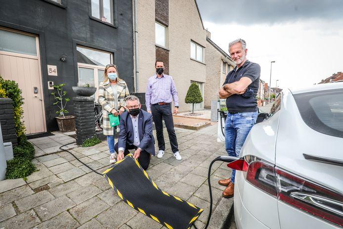 Burgemeester Dirk De fauw steekt een handje toe bij het opladen van een elektrische wagen.