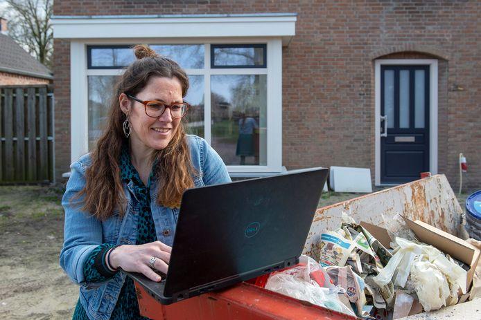 Een jaar thuis werken voor de krant: Susanne den Boer voor haar huis dat wordt verbouwd.