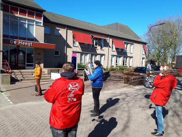 Zes jonge muzikanten van fanfare WIK, die zich Ut Pomp Smoesje noemen, brengen een aubade aan de bewoners en verzorgers van zorgcentrum De Heegt in Geffen.