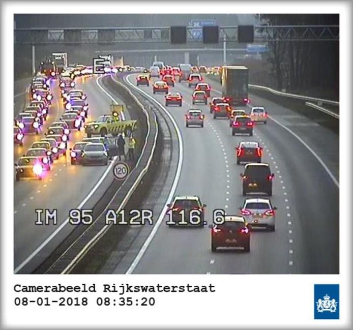 Het ongeval op de A12 bij Oosterbeek op camerabeeld van Rijkswaterstaat.