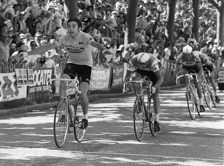 Eddy Merckx finisht voor Mariano Martinez en Raymond Poulidor in de tiende etappe van de Tour van 1974. Beeld AFP