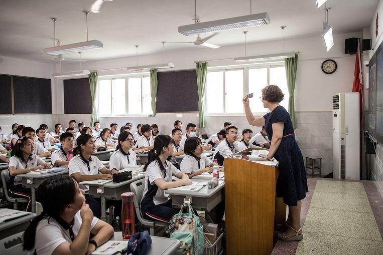 Middelbare scholieren (de meeste van hen zonder mondkapje) op hun eerste schooldag in het nieuwe jaar. Beeld AFP