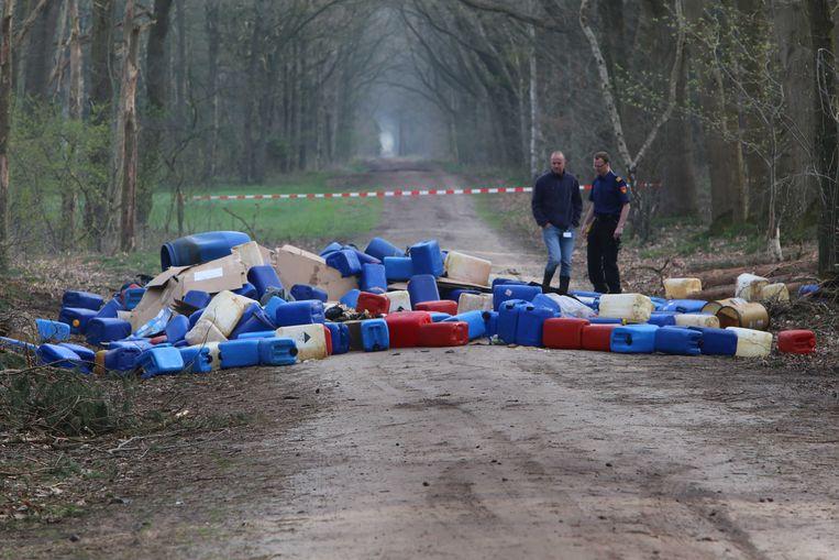 Een voorbeeld van gedumpte vaten in Best (Nederland). In de grensstreek gebeurt dat wel meer.