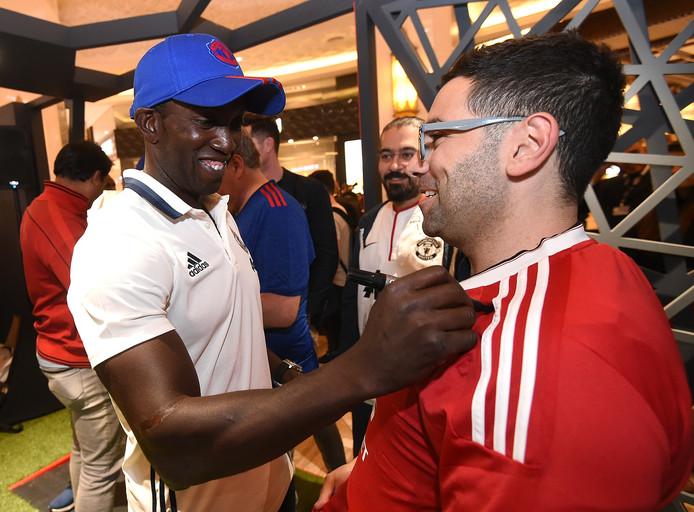 Dwight Yorke deelt handtekeningen uit aan fans van Manchester United in Dubai, 2 februari 2017.