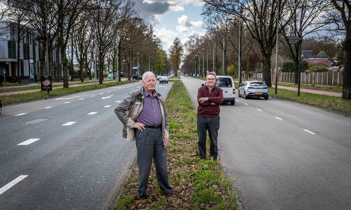 Buurtbewoners Martin van de Goor (l) en Hans Welschen maken zich zorgen over de aanleg van de snelbusbaan HOV3.