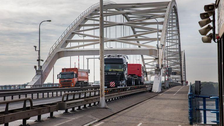Verkeer rijdt over de Merwedebrug op de A27. Er mogen voorlopig geen vrachtauto's meer over de brug tussen Breda en Gorinchem rijden Beeld anp