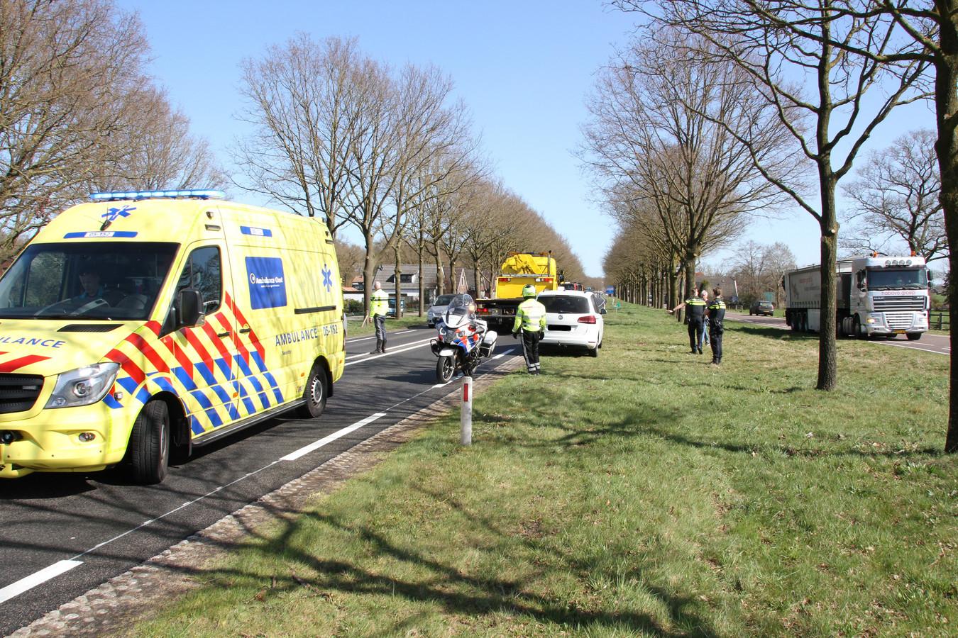 Voertuigen van de hulpdiensten blokkeren de N35 bij Wierden, nadat even daarvoor een auto en een vrachtwagen met elkaar in botsing zijn gekomen.