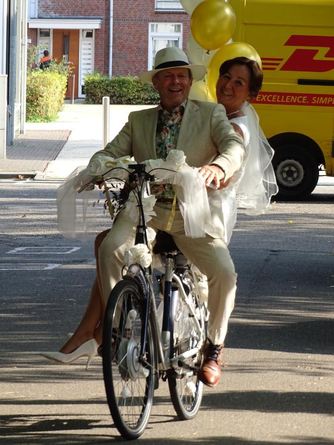 Op de fiets naar het gemeentehuis, precies zoals John het graag wilde.