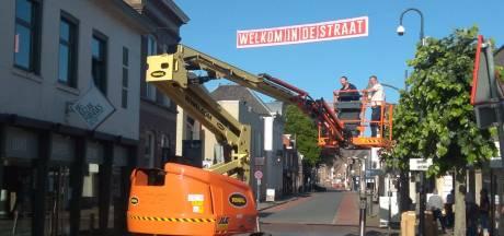 Winkelend publiek opgelet: banners sieren Grotestraat in Waalwijk
