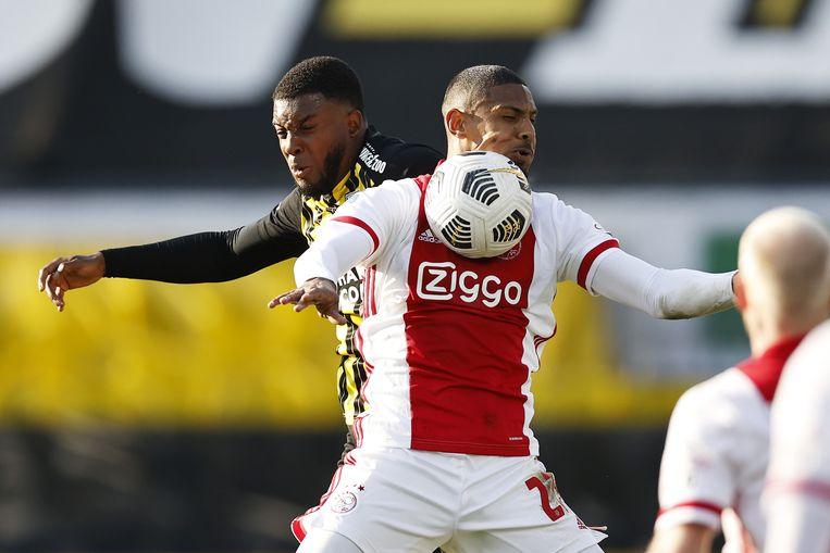 Sébastien Haller wint een luchtduel van Riechedly Bazoer tijdens de gewonnen bekerfinale tegen Vitesse (2-1). Beeld ANP