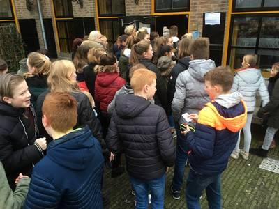 In de rij voor kaartjes jeugdcarnaval Boemeldonck