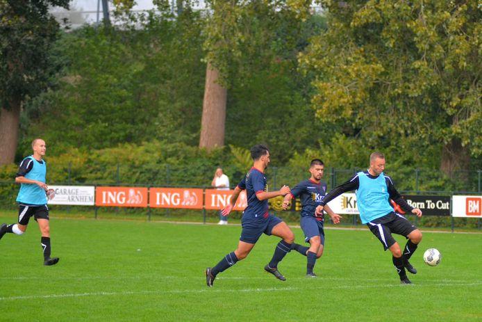 RVW speelt de tweede helft tegen Elsweide plots in lichtblauwe hesjes.