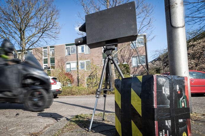 Een bezorgde bewoner heeft het gehad met onveilige snelheden in een woonwijk. Dan maar een nep-snelheidscontrole apparaat gemaakt van een oud statief en oude dozen.