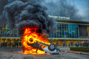 Onder luid gejuich van demonstranten werd voor het Centraal Station in Eindhoven een auto van spoorwegbeheerder ProRail omgegooid en in brand gestoken. Later viel onder meer de Jumbo-supermarkt in het station ten prooi aan plunderaars.
