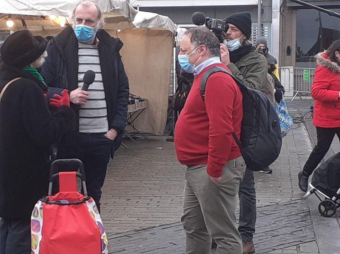 Marc Van Ranst op de Izegemse marktdag met de cameraploeg.