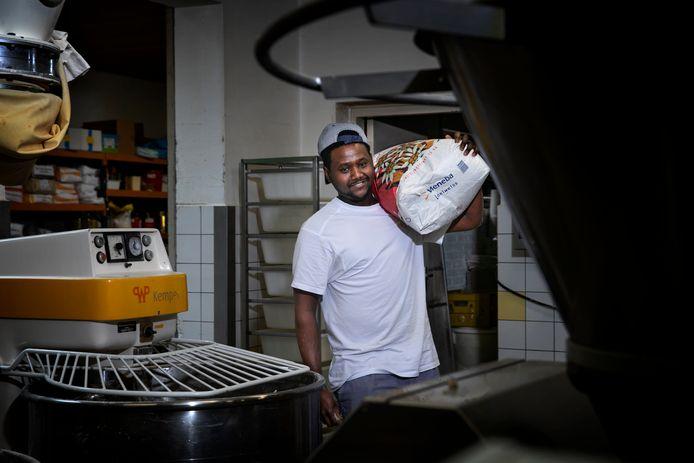 Merhawi Berhane Lilay heeft het naar zijn zin in de bakkerij van Van Eijk.