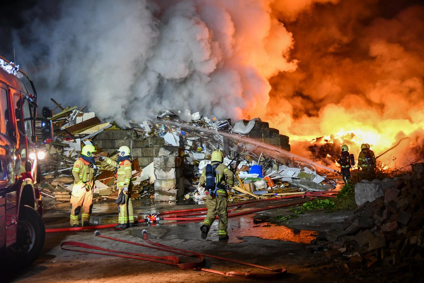 De brandende afvalberg werd door de brandweer uit elkaar getrokken en in twee aparte vakken geblust.