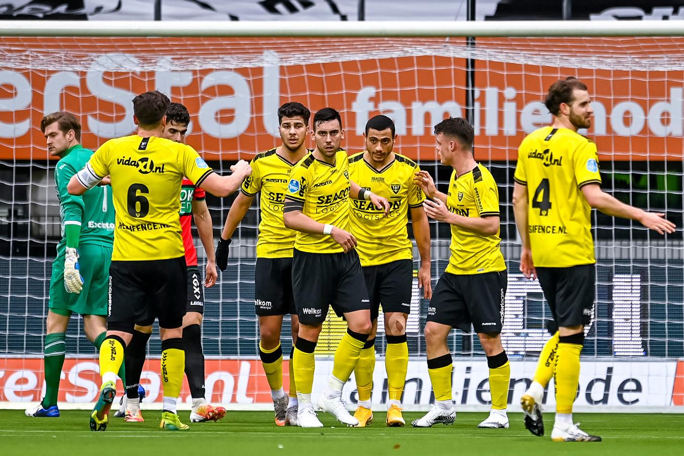 De spelers van VVV-Venlo vieren de 0-1.