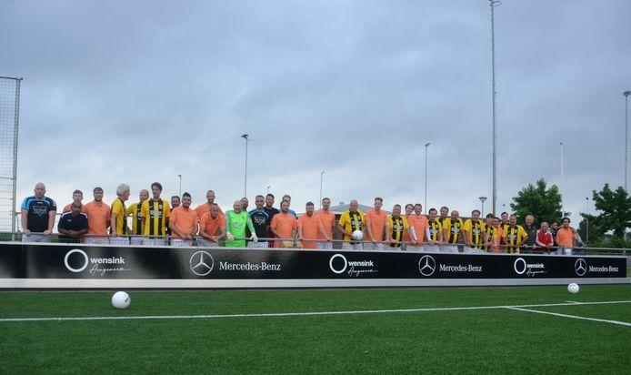 Arnhemia 2 en de businessclub van Vitesse poseren voor het 50 meter lange bord van de nieuwe sponsor.