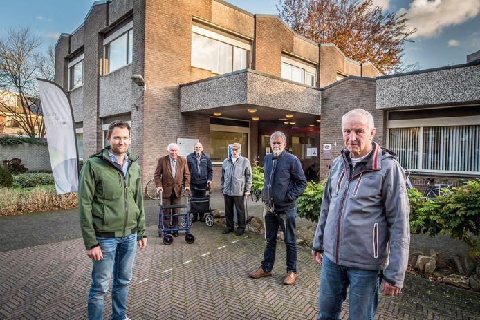 """De buurt in Woolder Es maakt bezwaar tegen de vergunning voor het RIBW. """"Het maakt niet uit wat wij zeggen, bij het RIBW gaan ze hun eigen gang"""", aldus Arie Driessen (midden vooraan) namens de Belangengroep Woolder Es."""