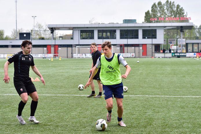 Bas Siebert (rechts) traint al mee bij zijn nieuwe club Jodan Boys.