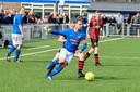 Hoeven speelde de degradatiekraker tegen Zundert. Aan de bal is Patrick Suijkerbuijk, de captain van Hoeven.