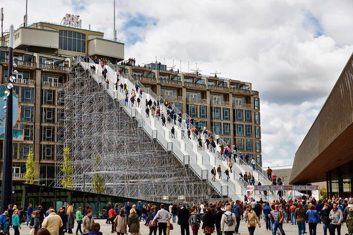 De opening van de trap naar het dak van het Groothandels Gebouw in Rotterdam in 2016.  In totaal beklommen  368.611 mensen de installatie die door dezelfde bouwer is gemaakt als The Infinity Path in Breda