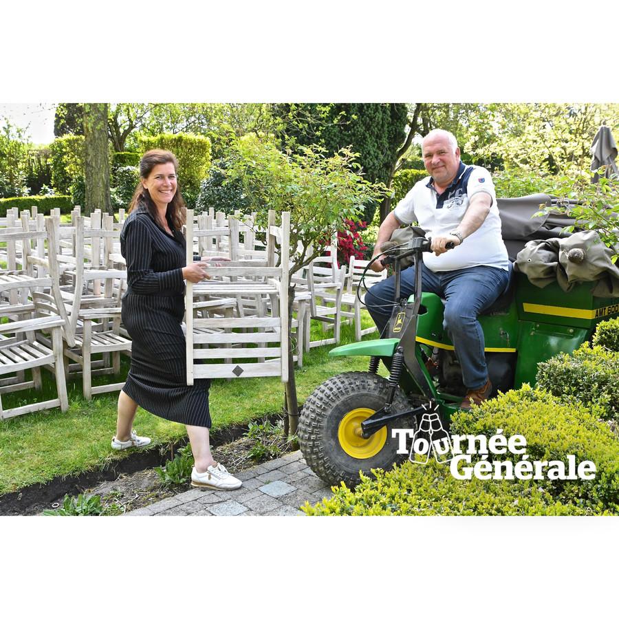 Koen Devos en Anja Verheye van La Cravache zetten hun terras klaar