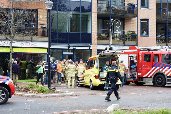 Hulpdiensten rukten massaal uit nadat de brandweerman in de liftschacht was gevallen.