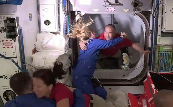 De astronauten werden bij aankomst hartelijk verwelkomd door de al aanwezige ISS-crew.
