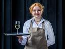 Carmen van Hees (15) serveerster bij restaurant Klein Zwitserland in Driebergen.