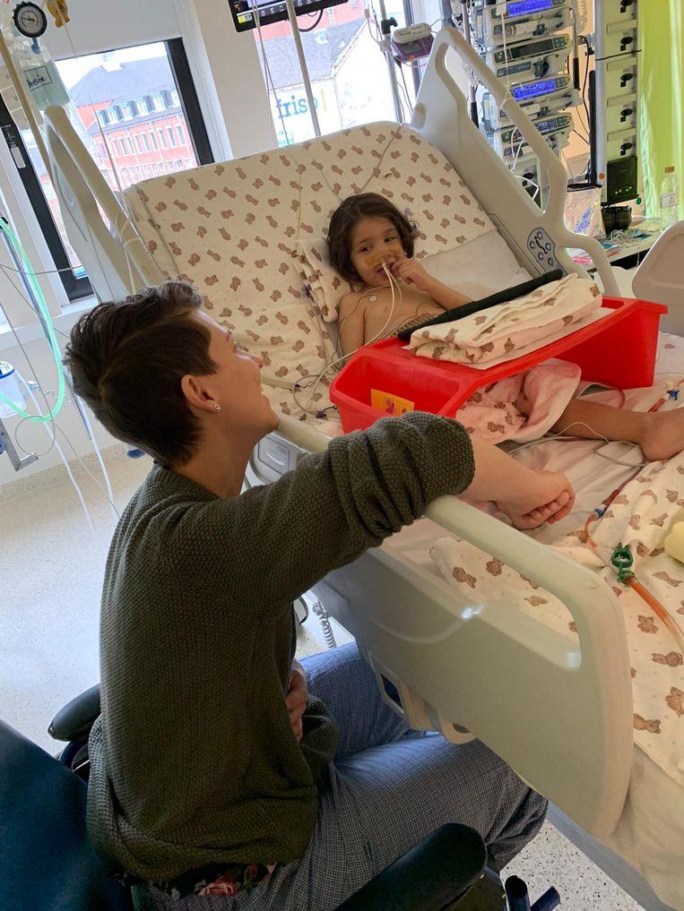 Rosan Gort aan het bed van Maryem op de intensive care in Groningen na de transplantatie.  Beeld Siham el Attabi