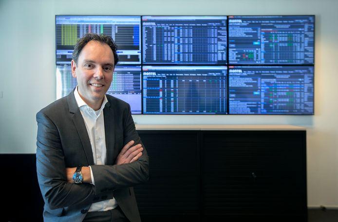 Rob van Gennip op de 'handelsvloer' waar Scholt Energy vanuit Valkenswaard dagelijks de bewegingen van de prijzen op de energiemarkt volgt.