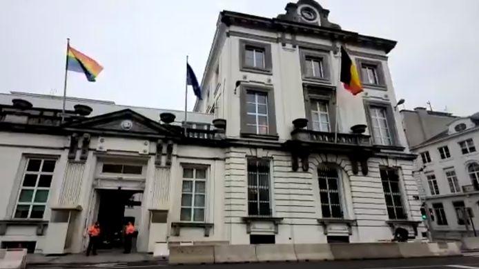 Le drapeau arc-en-ciel flotte au-dessus du Seize, rue de la Loi, aux côté des drapeaux belge et européen.