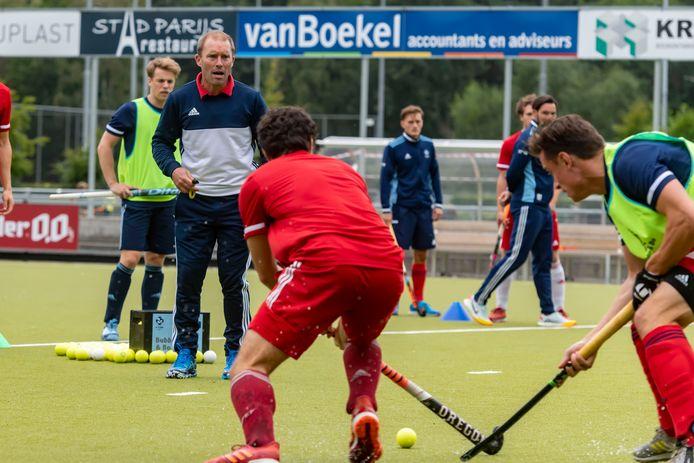 Coach Jeroen Delmée van HC Tilburg tijdens de training.