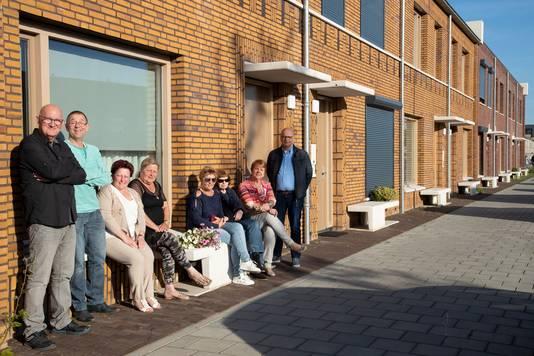 De witte bankjes - voor ieder huis één - zijn belangrijk voor de bewoners van Orthen-Links. Marie Roos (tweede van rechts): ,,Ik had een tuin van 22 meter, maar daar zat ik nooit. Altijd aan de voorkant van het huis.''