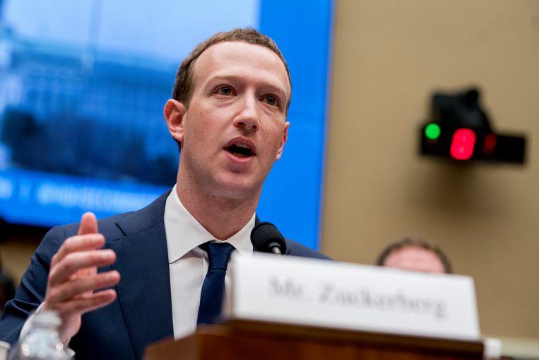 Mark Zuckerberg verschijnt in april 2018 voor commissie van energie en handel in Washington om meer uitleg te geven over de presidentsverkiezingen in 2016. Beeld AP