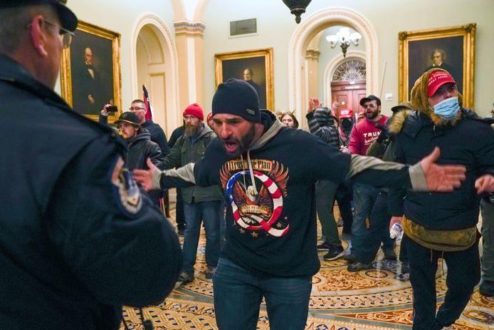 Un manifestant défie un officier de police au sein du Capitole