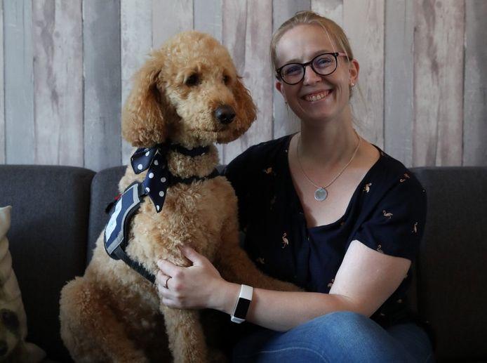Mindy van den Broek met haar hulphond Tynke.